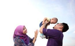 Asiatisk familj som tycker om kvalitets- tid på stranden royaltyfria bilder