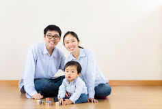 Asiatisk familjlek tillsammans royaltyfri fotografi