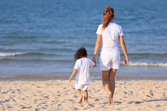 Asiatisk familjleksand på stranden Fotografering för Bildbyråer