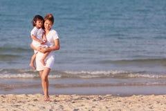 Asiatisk familjleksand på stranden Royaltyfria Foton
