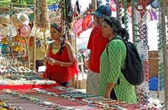 Asiatisk familjshopping på loppmarknaden Royaltyfria Bilder