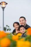 asiatisk familjstående Fotografering för Bildbyråer
