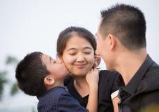 asiatisk familjstående Royaltyfri Fotografi
