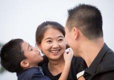asiatisk familjstående Arkivbilder