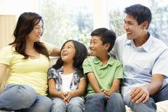 asiatisk familjstående Arkivfoton