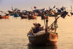 Asiatisk fiskare Sits i stort fartyg med det olika redskapet Royaltyfria Foton
