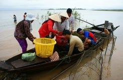 Asiatisk fiskare som är tri fisk för en sjö, flod Arkivbild
