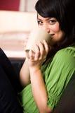 asiatisk flicka för kaffekopp Royaltyfri Foto