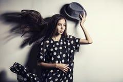 Asiatisk flicka för ung härlig flicka för modemodell med hatten arkivfoton