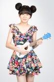 Asiatisk flicka för tonåring med ukulelegitarren Royaltyfria Foton