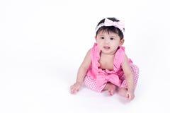 Asiatisk flicka 6 gamla månader på en vit bakgrund Arkivfoto