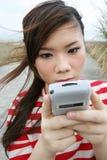 asiatisk flicka henne använda för pda Royaltyfri Bild