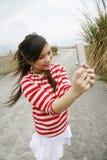 asiatisk flicka henne mobilt använda Arkivfoton