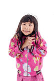 Asiatisk flicka i omslag med huven på vit Arkivfoto