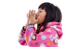 Asiatisk flicka i omslag med huven på vit Arkivbild