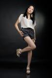 Asiatisk flicka i T-tröja och kort stavelse Royaltyfria Foton