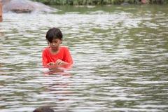 Asiatisk flicka i vatten Arkivbild