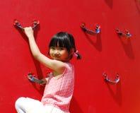 asiatisk flicka little som leker Arkivfoton