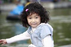 asiatisk flicka little som är utomhus- Fotografering för Bildbyråer