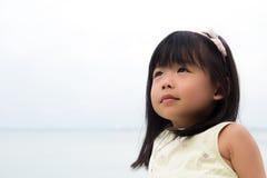 asiatisk flicka little stående Fotografering för Bildbyråer