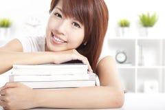 Asiatisk flicka med böcker Fotografering för Bildbyråer