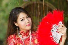 Asiatisk flicka med den kinesiska traditionella klänningen arkivfoto