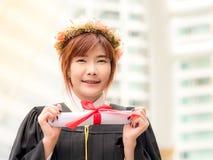 Asiatisk flicka med diplomet Arkivfoto