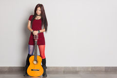 Asiatisk flicka med en gitarr Arkivfoton