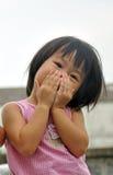 Asiatisk flicka med henne händer som räknar henne mun Royaltyfri Fotografi