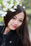 Asiatisk flicka med körsbärsröda blommor Fotografering för Bildbyråer