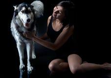 Asiatisk flicka och en Siberian husky Royaltyfri Foto