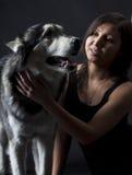 Asiatisk flicka och ett Siberian skrovligt Royaltyfri Foto
