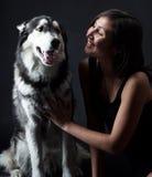 Asiatisk flicka och ett Siberian skrovligt Arkivfoton