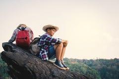Asiatisk flicka- och pojkeryggsäck i natur Royaltyfri Fotografi
