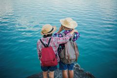 Asiatisk flicka- och pojkeryggsäck i natur Fotografering för Bildbyråer