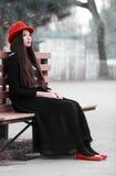 Asiatisk flicka på bänk Arkivfoton