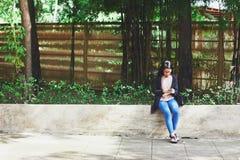 Asiatisk flicka som använder den smarta telefonen Royaltyfri Bild