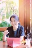 Asiatisk flicka som använder tableten Arkivfoton