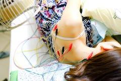 Asiatisk flicka som får en akupunkturbehandling Arkivfoton