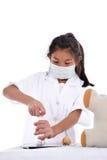 Asiatisk flicka som låtsar för att vara en doktor som bär den sunda maskeringen Royaltyfri Bild