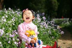 asiatisk flicka som little skrattar Fotografering för Bildbyråer