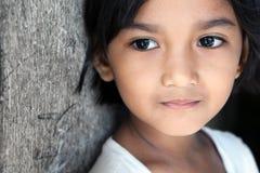 asiatisk flicka som ser sidan till Arkivbilder
