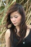 asiatisk flicka som ser sidan till Royaltyfri Foto