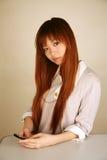 asiatisk flicka som ser tittaren Arkivfoton