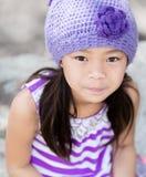 Asiatisk flicka som ser upp på kameran medan utomhus Arkivbild
