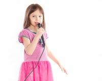 Asiatisk flicka som sjunger med mikrofonen Royaltyfri Foto