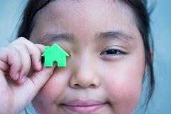 Asiatisk flicka som spelar husmodellen Arkivbilder