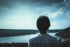 Asiatisk flicka som står och ser till berget och sjön på moun Royaltyfria Foton