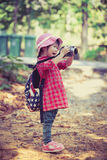 Asiatisk flicka som tar foto vid den digitala kameran i trädgård Tappningpi Arkivbilder