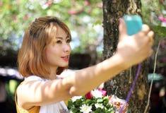 Asiatisk flicka som tar selfiefotoet Arkivbilder
